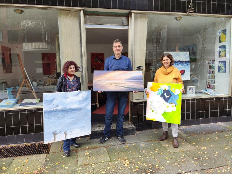 Künstleratelier Rossberg Eilbek - Künstler vor dem Atelier mit ihren Bildern